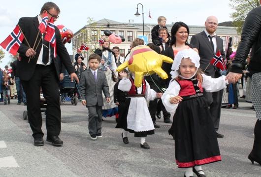 Folkefest på Orkanger del 1 - se bildene fra barnetoget